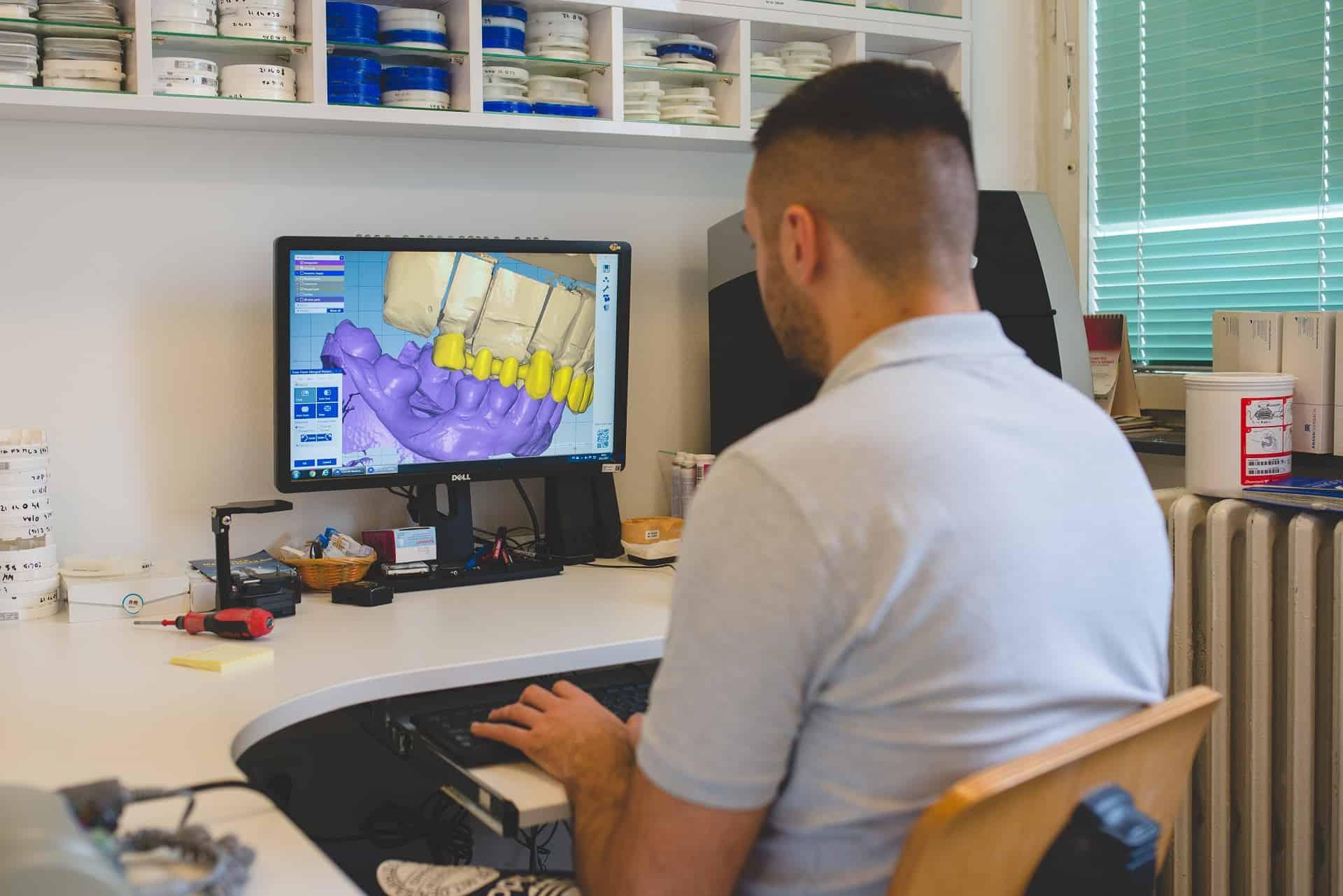 Osoba iz tima Dental Art laboratorija radi na računalu