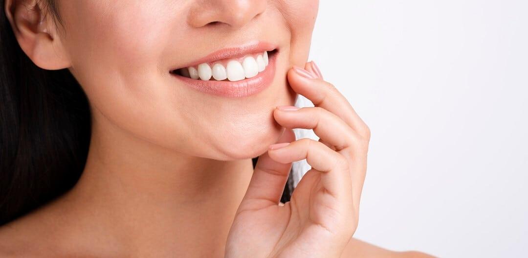 Ženska osoba se smiješi nakon podlaganja proteze